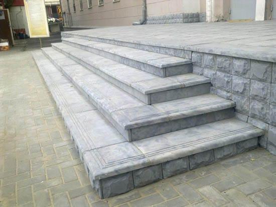 Прямоугольное крыльцо из бетонных блоков