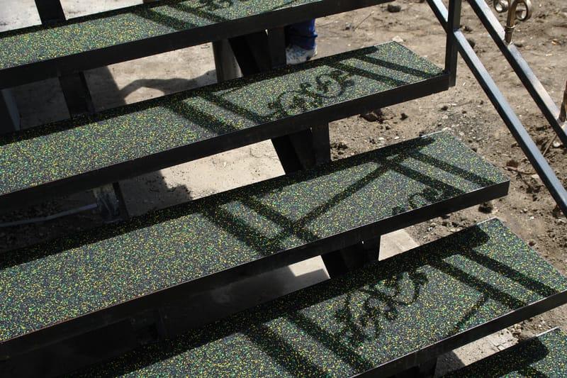 Лестница крыльца с металлическими ступенями