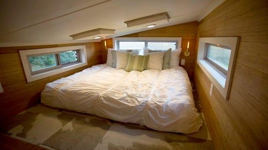 Кровать на мансарде с низким потолком