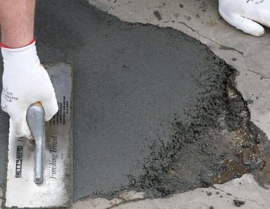 Бетонирование поверхности плиты крыльца