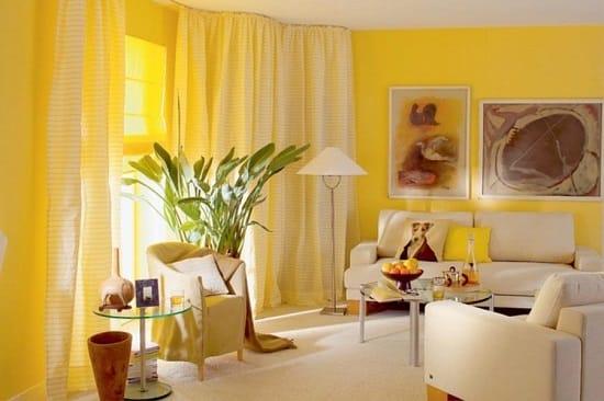 Белая обстановка гостиной с желтыми ооями