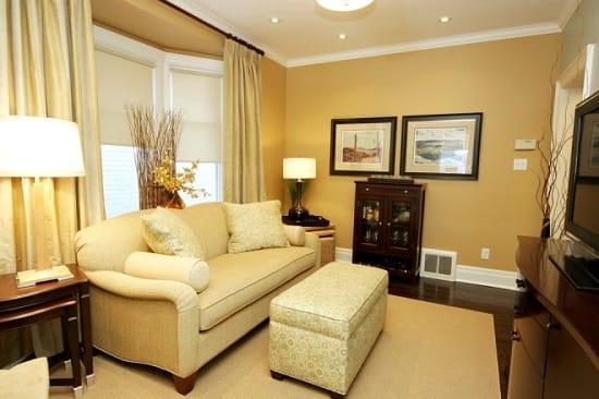Золотисто-бежевые оттенки для обоев в гостиной