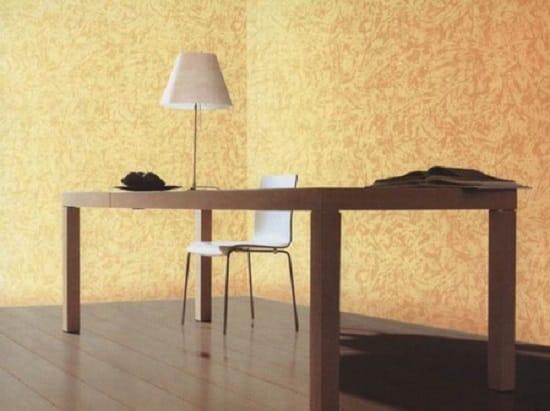 Текстурные желто-бежевые обои в простом интерьере