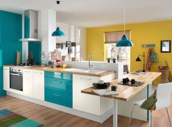 Зонирование совмещенной кухни синими и желтыми обоями
