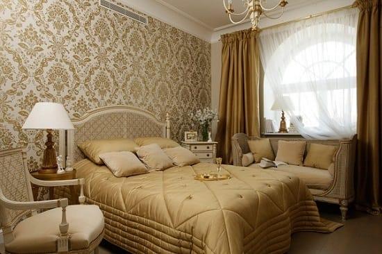 Классический вариант оформления спальни золотыми обоями