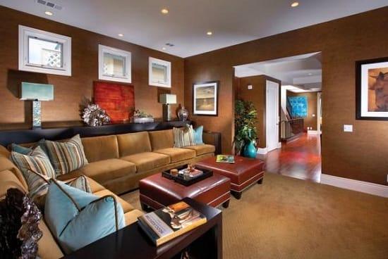 Строгий дизайн гостиной с темными с позолотой обоями