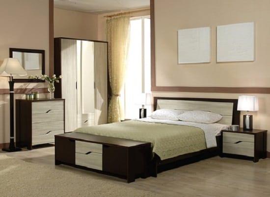 Однотонные бежевые обои в интерьере спальни