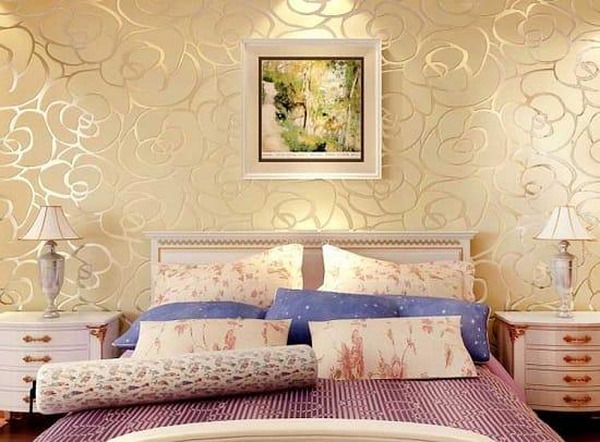 Нежные бежевые с золотом обои в спальне