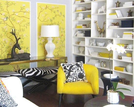 Интерьер небольшой комнаты с серо-желтыми обоями