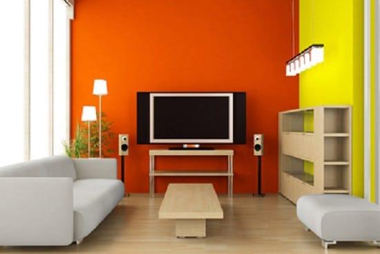 Сочетание оранжевого и желтого цвета обоев в отделке гостиной