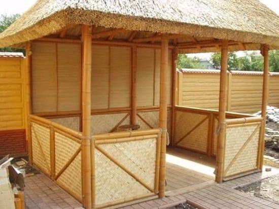 Беседка из бамбука под соломенной крышей