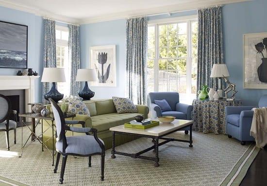Голубые обои в гостиной с естественным освещением