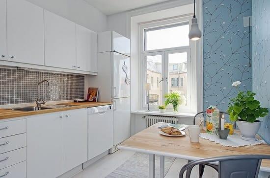 Белая стенка в кухне и голубые обои