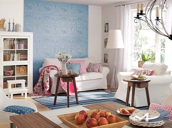 Акцент на сену с голубыми обоями в белой комнате
