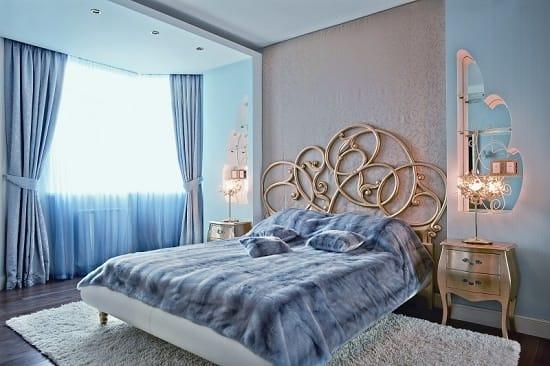 Серые  и голубые обои в отделке стен спальни