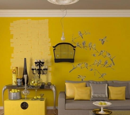 Темно-желтые обои в комнате с серой мебелью