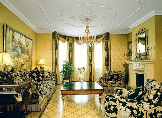 Желтые с золотом обои в большой гостиной