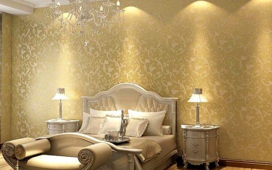 Красивая подсветка золотых с орнаментом обоев