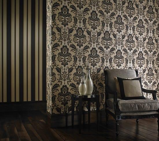 Темные обои и мебель в интерьере гостиной