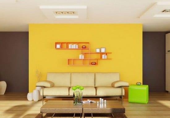 Яркие желтые обои на стене в коричневой комнате