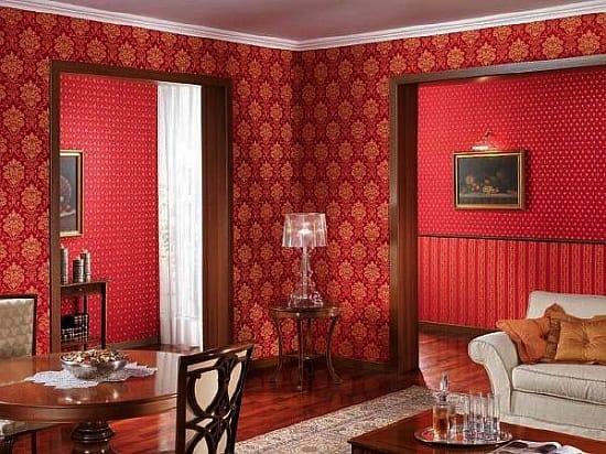 Золотисто-бардовые обои в небольшой комнате