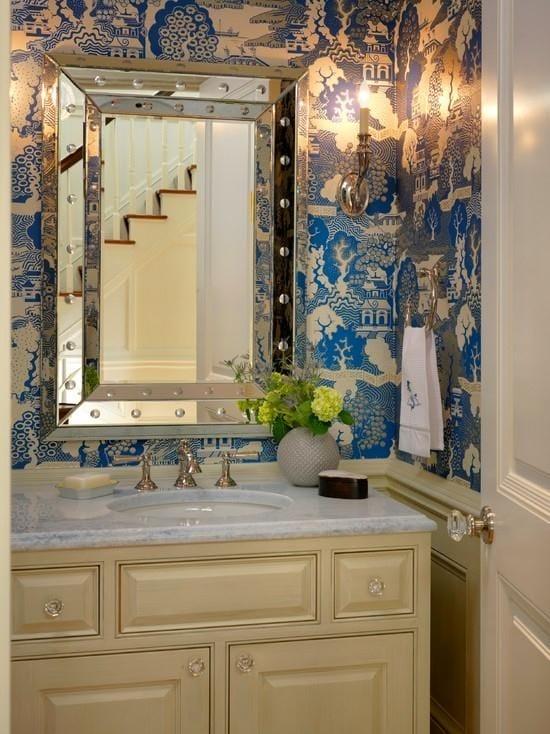 Тематические синие с золотом обои в ванной комнате