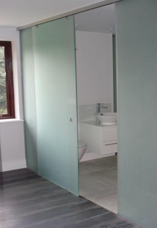 Стеклянная раздвижная дверь в санузел