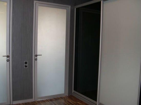 Стеклянная распашная дверь в санузел