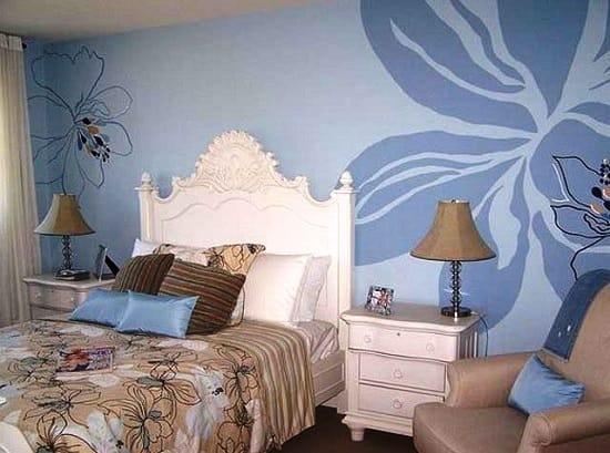 Одиночные рисунки на обоях в спальне
