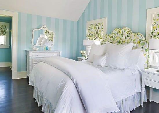 Голубые обои в полоску в бело-зеленой спальне