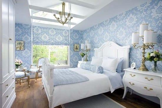 Однотонный дизайн спальни и обои с крупным рисунком