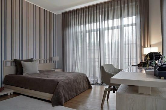 Строгий дизайн спальни с серыми в полоску обоями