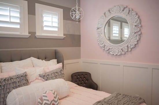Комбинирование серых в полоску и розовых обоев в спальне