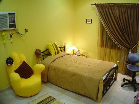 Однотонные желтые обои в спальне