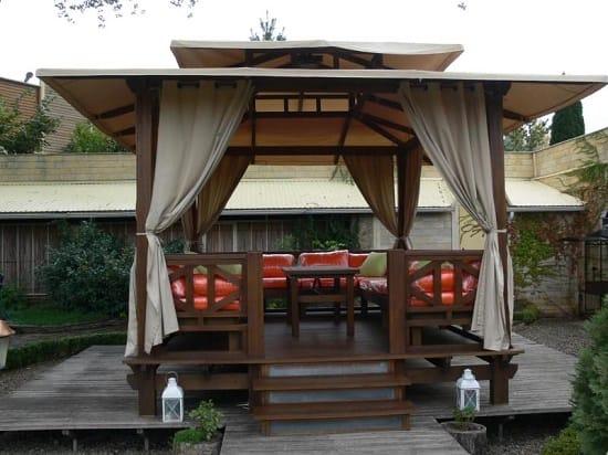 Тканевые шторы в деревянной беседке