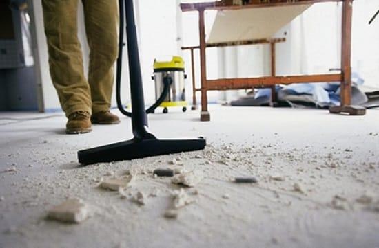Уборка пола помещения после демонтажа паркета