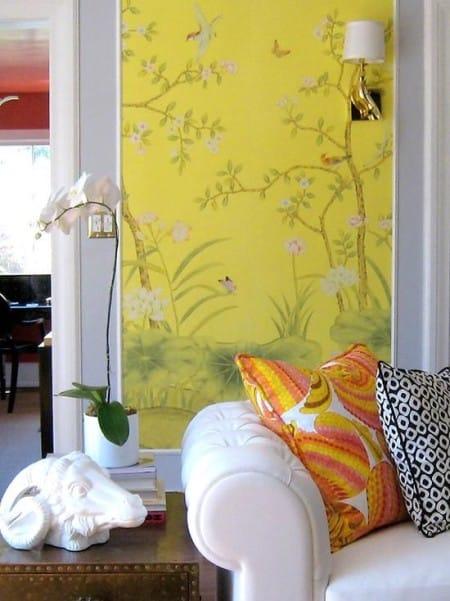 Цветочные обои желтого цвета в комнате отдыха