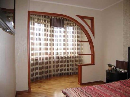 Ассиметричная арка выхода на балкон