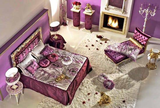 Сиреневая спальня с золотистой отделкой мебели
