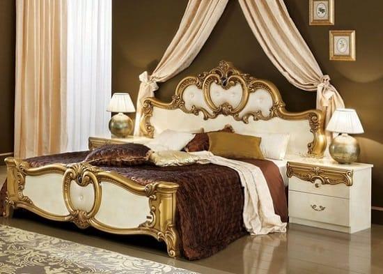 Классическая мебель белого цвета с позолотой в спальне
