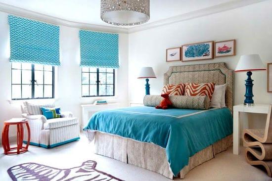Бирюзовый текстиль в просторной спальне с серой отделкой