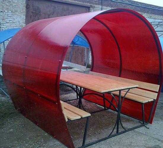 Маленькая беседка-бочка с крышей из поликарбоната