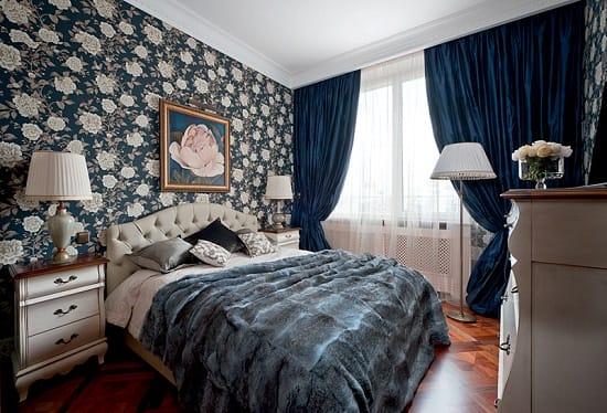 Темные цветочные обои на виниловой основе в интерьере спальни