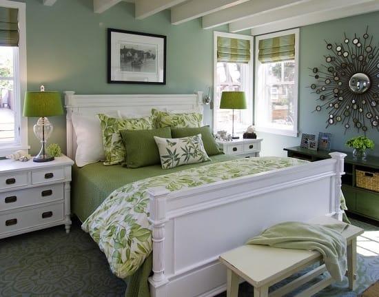Сочетание обоев зеленого цвета с белой мебелью в спальне