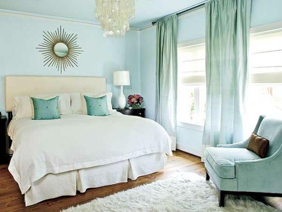 Нежно-бирюзовая спальня с паркетом коричневого цвета