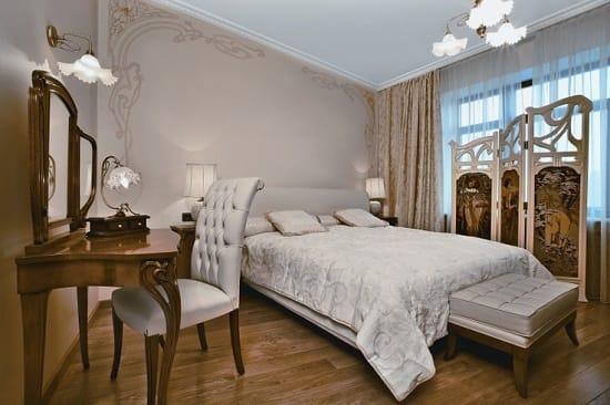 Дизайнерская мебель с плавными изогнутыми линиями в спальне модерн