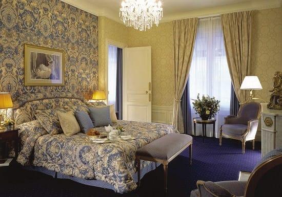Обои с вензелями в цвет текстиля для спальни в классическом стиле