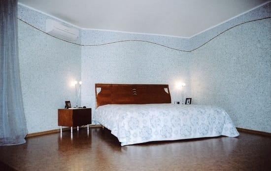 Отделка стен спальни жидкими обоями