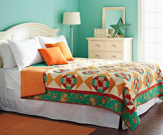 Сочетание бирюзового и зеленого цвета в оформлении спальни