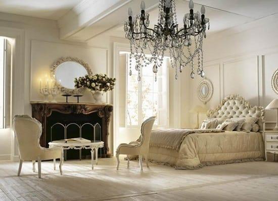 Итальянская спальня с отделкой от белого до светло-бежевого цвета